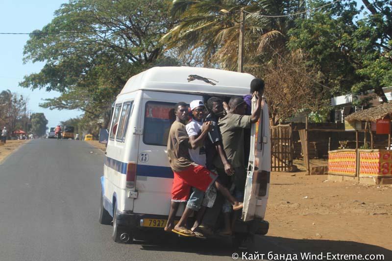 Маршрутка на Мадагаскаре — выход сзади